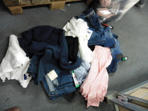Bag of various ladies clothing to inc. jeans, tops and jumpers